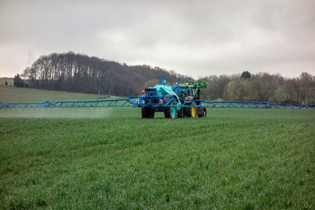 trattore terreno agricolo